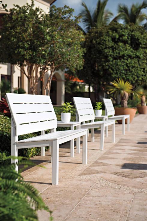 Casa Bruno bancos para exteriores de aluminio y polímero de grado marino (MGP): Hoteles de estilo  de Casa Bruno American Home Decor