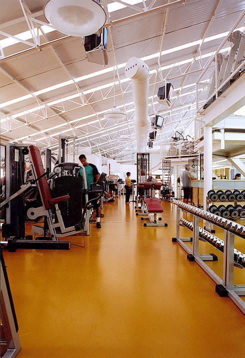 Academia Competition – unidade Higienópolis   Rua Dr. Albuquerque Lins: Fitness  por ARQdonini Arquitetos Associados