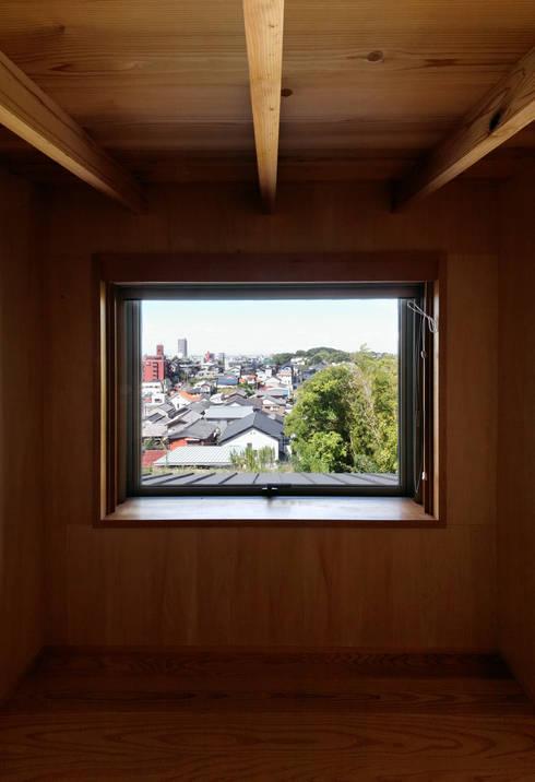 ロフト: 磯村建築設計事務所が手掛けた和室です。