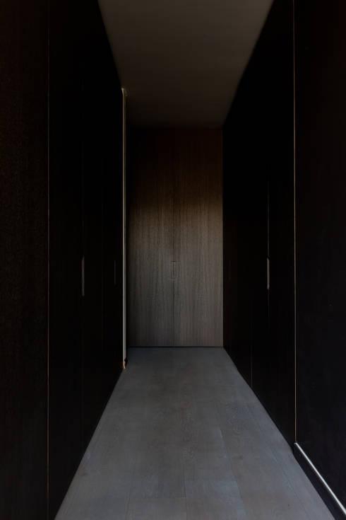 Woning VAWE: minimalistische Kleedkamer door areal architecten cvba