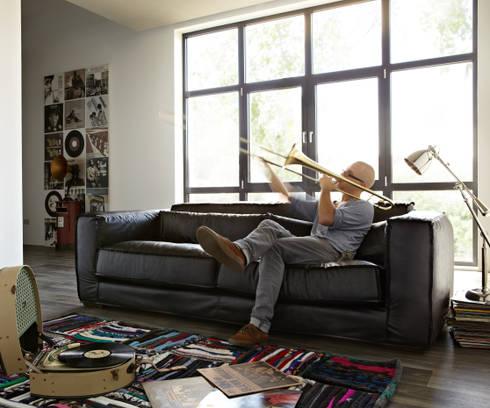 Basta sofa: moderne Woonkamer door Asiades