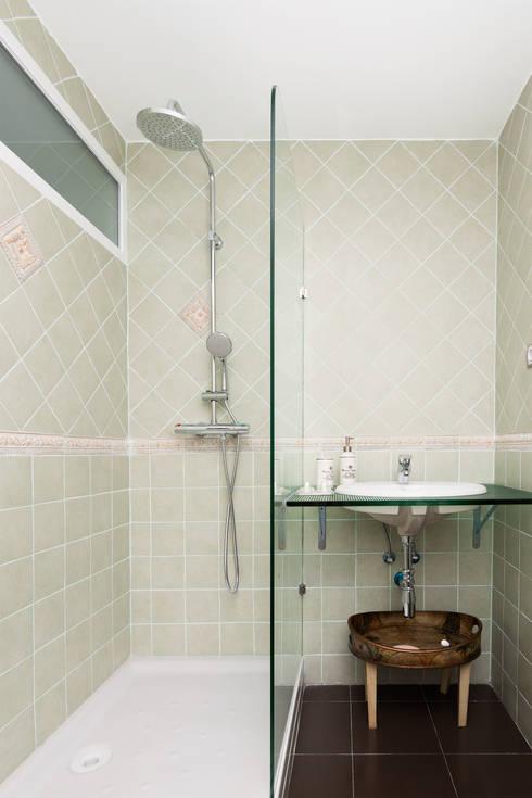 Baño principal   : Baños de estilo moderno de DISEÑO Y ARQUITECTURA INTERIOR