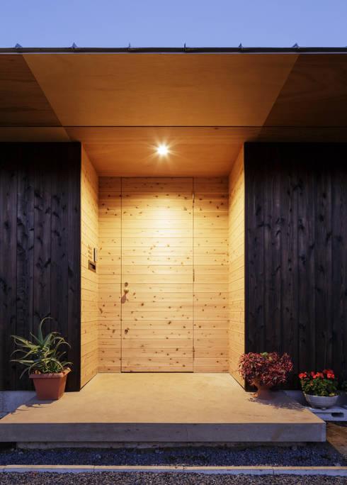 杉をつかったすっきりした玄関: m・style 一級建築士事務所が手掛けた廊下 & 玄関です。