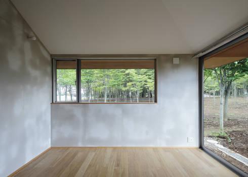 緑を眺めることのできる窓: m・style 一級建築士事務所が手掛けた窓です。