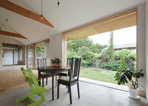 外部と内部の空間とつなげる窓: m・style 一級建築士事務所が手掛けたダイニングです。