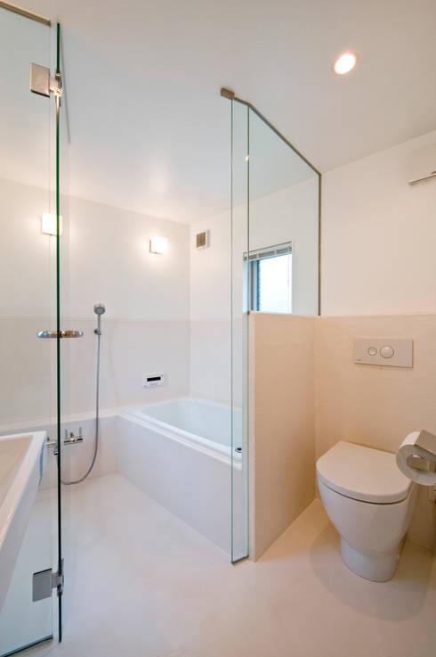 Casas de banho  por 水石浩太建築設計室/ MIZUISHI Architect Atelier