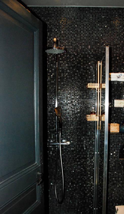Un wc transformé en salle d'eau • Houilles 78:  de style  par Agnès Dandine - Chichichic