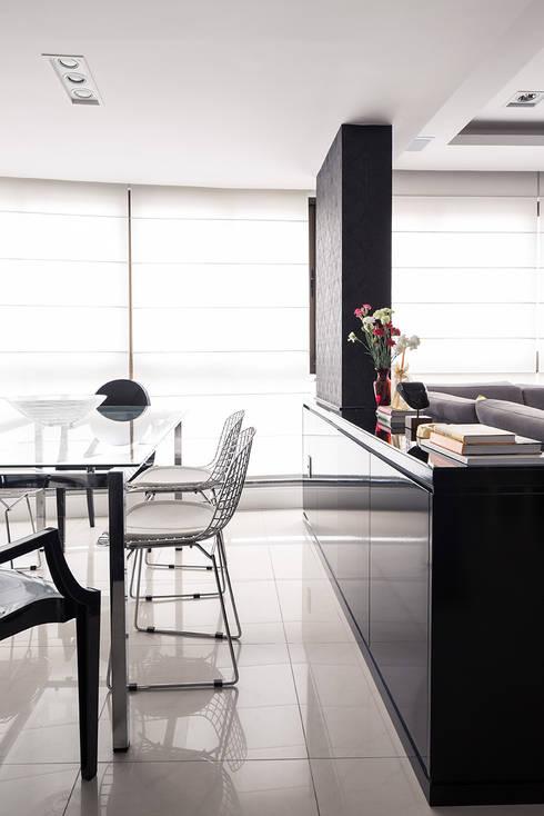 Jantar integrado com Estar: Salas de jantar modernas por Blacher Arquitetura