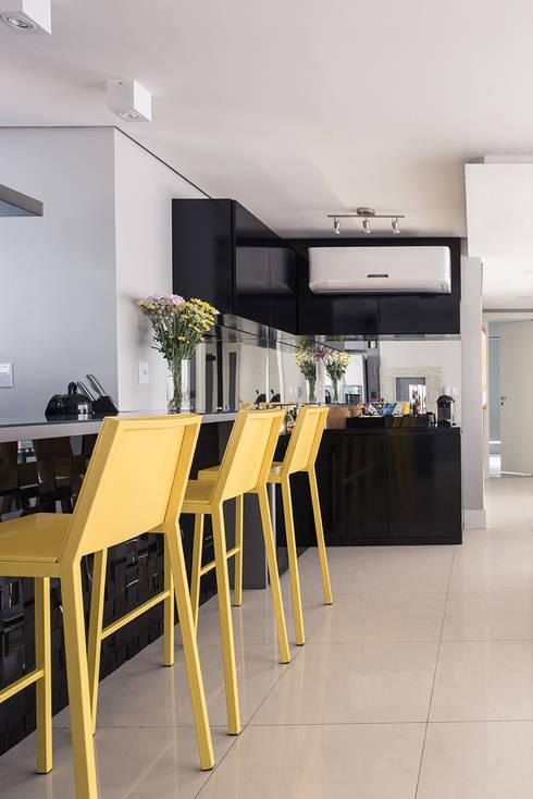 Bancada Bar: Salas de jantar modernas por Blacher Arquitetura