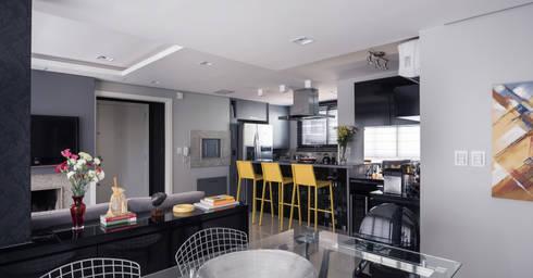 Estar e cozinha integrados: Salas de estar modernas por Blacher Arquitetura
