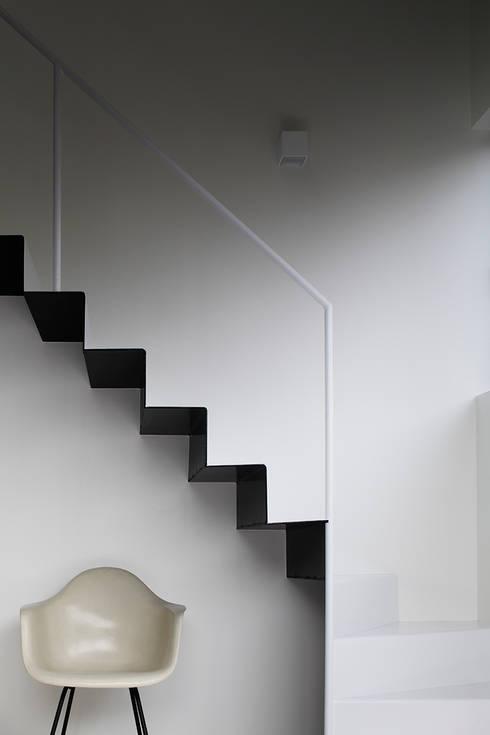 江戸川の家: RCageが手掛けた玄関&廊下&階段です。
