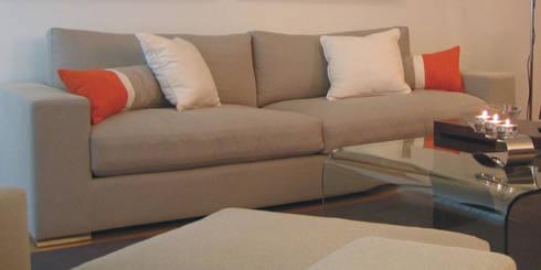 Sofá confortável: Salas de estar modernas por Traço Magenta - Design de Interiores