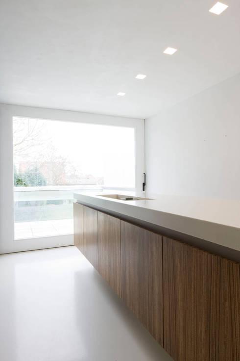 maison M&J, Tervuren: Cuisine de style  par bruno vanbesien architects