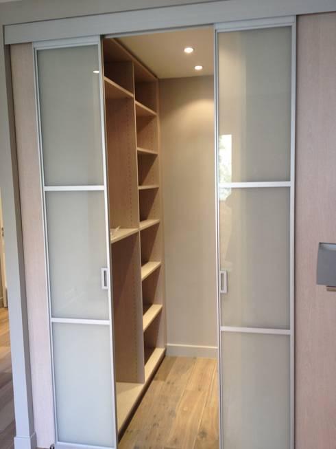 modern Dressing room by Nolan