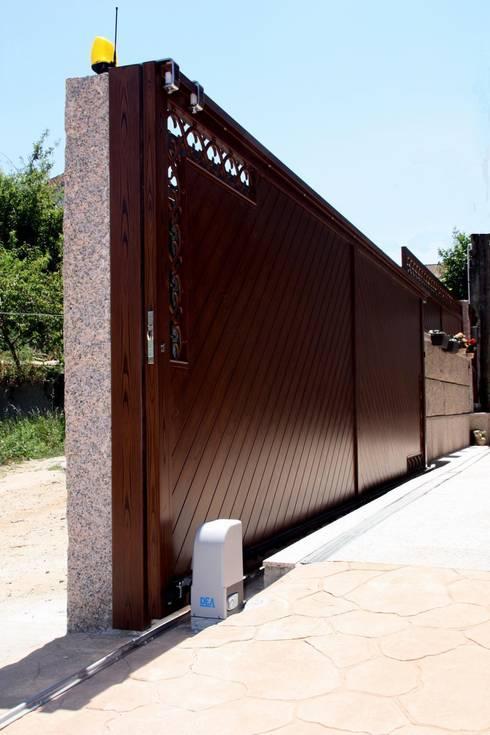 Puertas correderas y batientes en aluminio soldado.: Puertas y ventanas de estilo  de Galmatic S.L