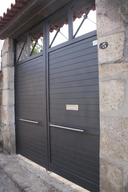Puertas y ventanas de estilo rural por Galmatic S.L