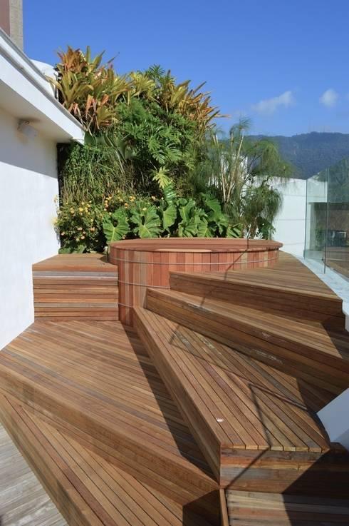 Jacuzzi: Terraços  por House in Rio