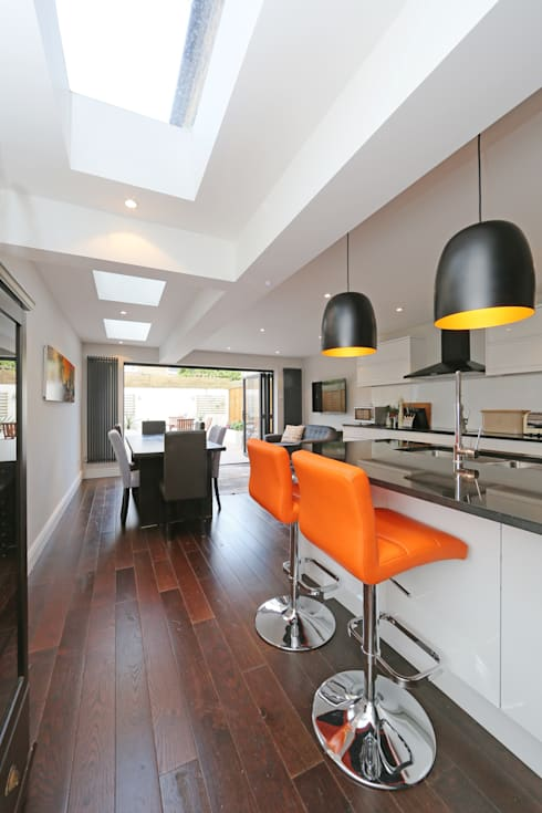 ​kitchen side return extension balham with flat roof and sky lights:  Kitchen by nuspace