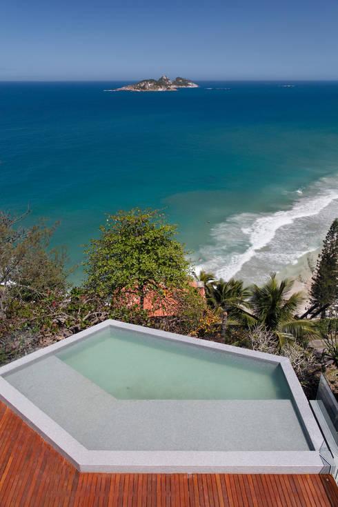 Piscina: Piscinas modernas por House in Rio