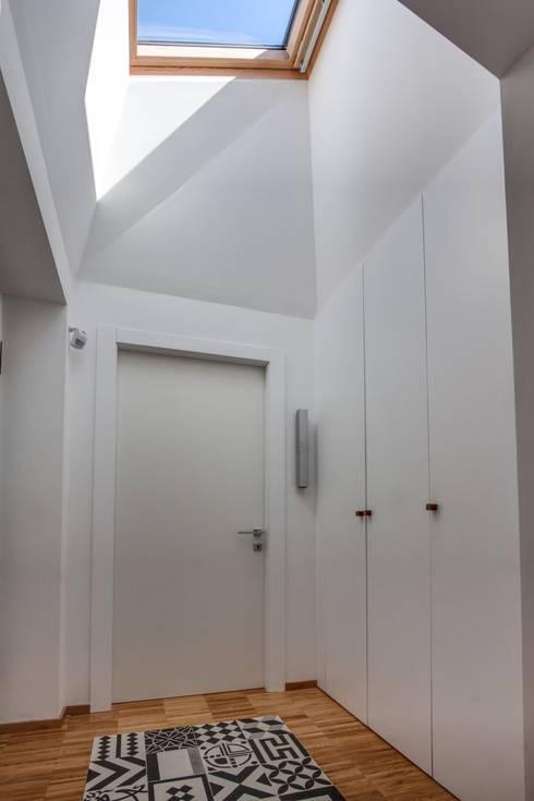 Casa BM: Ingresso & Corridoio in stile  di ABC+ME Studio di Architettura