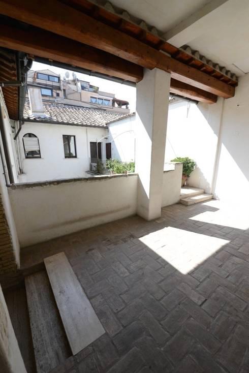 L'atrio di ingresso all'appartamento: Ingresso & Corridoio in stile  di Studio Fori