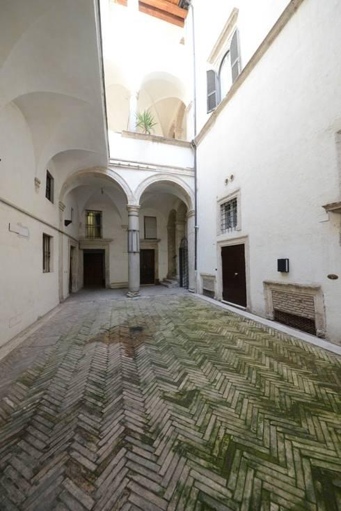 La corte Rinascimentale: Ingresso & Corridoio in stile  di Studio Fori