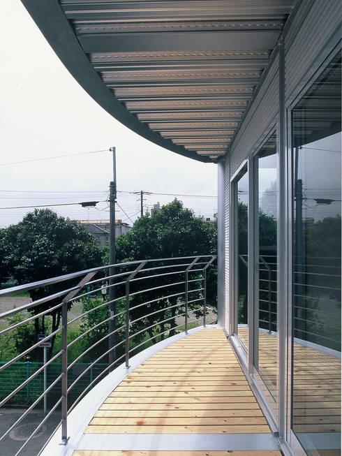 SILVER WAVE: SOCIUS一級建築士事務所が手掛けたベランダです。