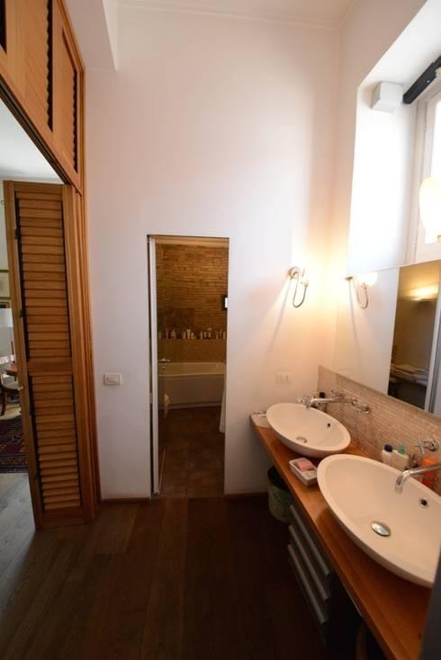 La sala da bagno: Bagno in stile in stile classico di Studio Fori