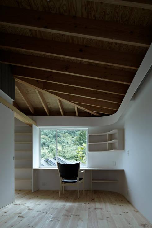 陽傘の家: 池田雪絵大野俊治 一級建築士事務所が手掛けた書斎です。