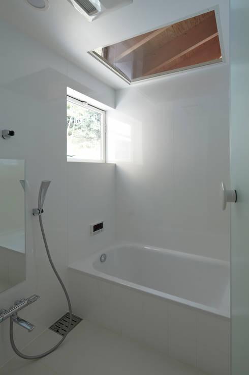 陽傘の家: 池田雪絵大野俊治 一級建築士事務所が手掛けた浴室です。