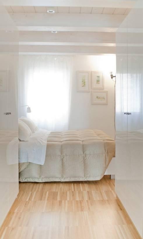 camera da letto con cabina armadio: Camera da letto in stile  di Andrea Stortoni Architetto