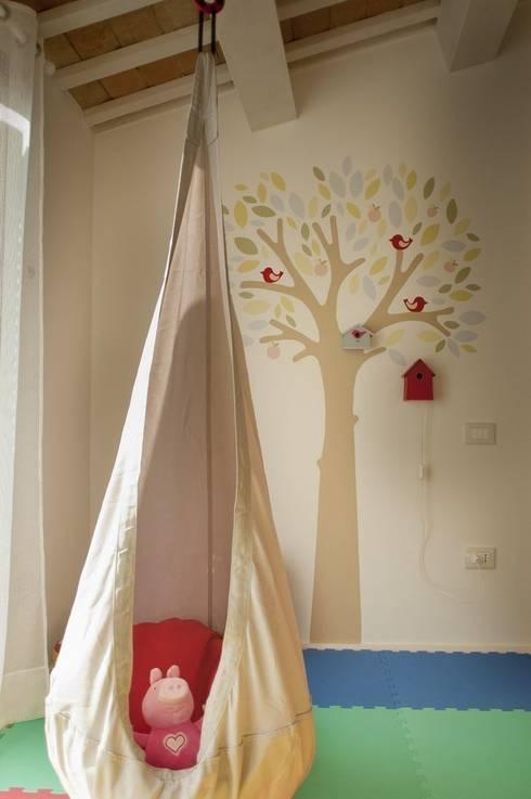 camera da letto bambini - particolare: Camera da letto in stile  di Andrea Stortoni Architetto