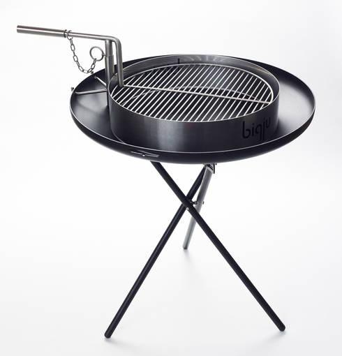 biqju; barbecue, vuurschaal, kookeiland en tafel inéén: moderne Tuin door biqju