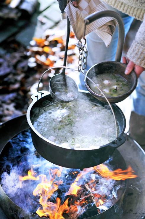 biqju; barbecue, vuurschaal, kookeiland en tafel inéén: eclectische Tuin door biqju