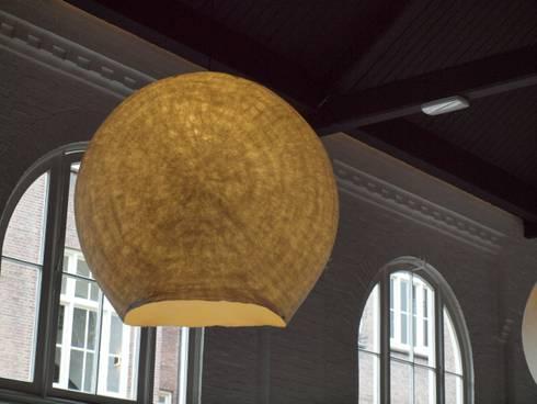 De vilten lamp krijgt de uitstraling van een hemellichaam:  Evenementenlocaties door Vilt aan Zee