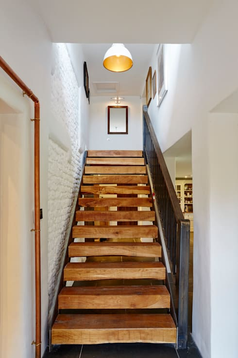 Floating staircase:  Corridor & hallway by Hart Design and Construction