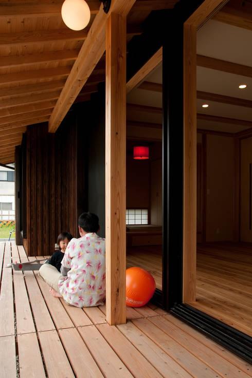 エコ・レトロの家: 大森建築設計室が手掛けたベランダです。