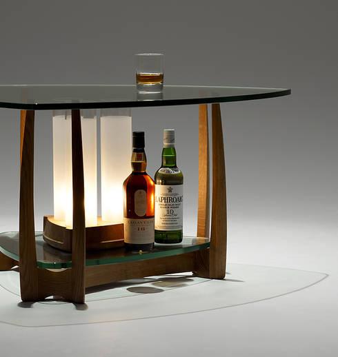 眺めのよい家具: 矩須雅建築研究所が手掛けたリビングルームです。