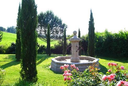 Fontaine centrale en pierre installée dans un jardin by Provence ...