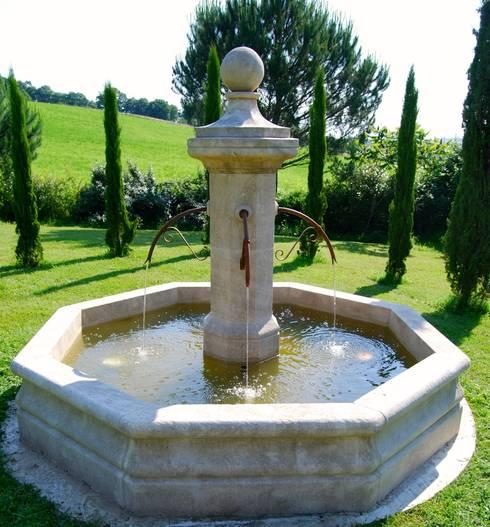 Fontaine centrale en pierre installée dans un jardin par Provence ...
