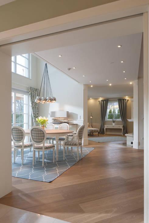 Sala da pranzo in stile In stile Country di Beinder Schreinerei & Wohndesign GmbH