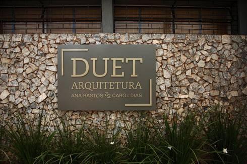 Entrada DUET Arquitetura: Lojas e imóveis comerciais  por DUET ARQUITETURA