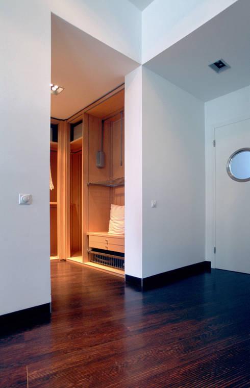 Зона гардеробной и дверь в бухгалтерию: Офисы и магазины в . Автор – Архитектурное бюро Лены Гординой