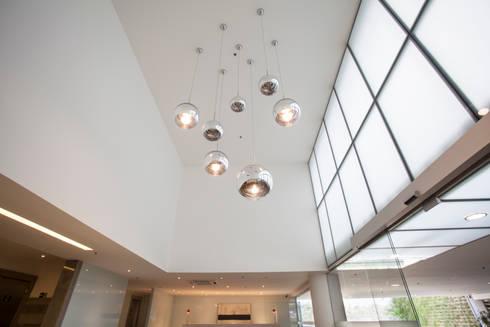 Hall Edificio Comercial: Edifícios comerciais  por Pereira Reade Interiores