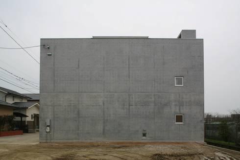 北側外観: 白根博紀建築設計事務所が手掛けた家です。