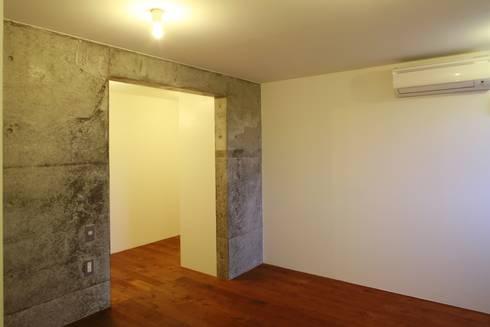 寝室部分: 白根博紀建築設計事務所が手掛けた寝室です。