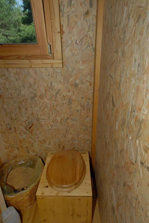 Maison écologique de José Bové: Salle de bains de style  par eco-designer