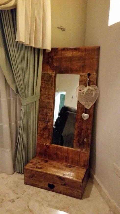 Espejo baúl: Recámaras de estilo rústico por La Magdalena