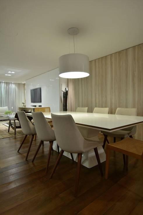 Estar leve e atemporal: Salas de jantar modernas por karen feldman arquitetos associados
