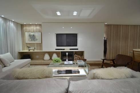 Estar leve e atemporal: Salas de estar modernas por karen feldman arquitetos associados